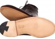 Des souliers et des patins.