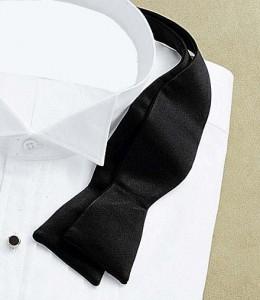 Une chemise à col cassé avec une gorge américaine et un noeud papillon à nouer