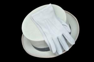 Un chapeau haute-forme et des gants gris souvent portés lors de mariage
