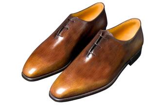 Une paire de souliers berluti faits d'une seule pièce de cuir
