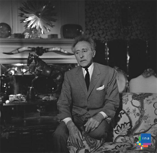 Jean Cocteau, avec un costume à boutonnières fonctionelles