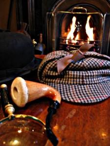 Son chapeau, sa pipe, sa cape et sa loupe suffisent à suggérer Sherlock Holmes