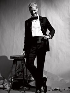 Un aimable poseur en tenue, avec sa ceinture de smoking et sa chemise à plastron