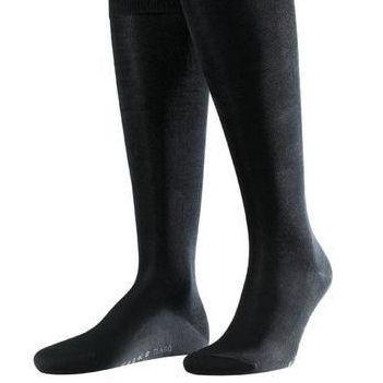 Une paire de mi-bas en soie noire noire à porter avec un smoking