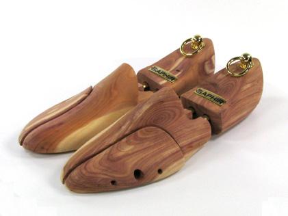 Des embauchoirs en bois de cèdre, non vernis