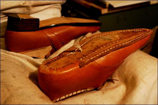 Une chaussure en train d'être