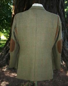 Un veste en tweed avec des empiècements de cuir sur les coudes