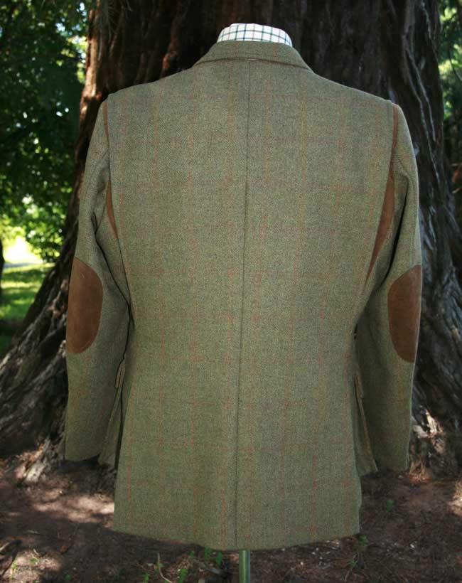 098339f459f3 Un veste en tweed avec des empiècements de cuir sur les coudes