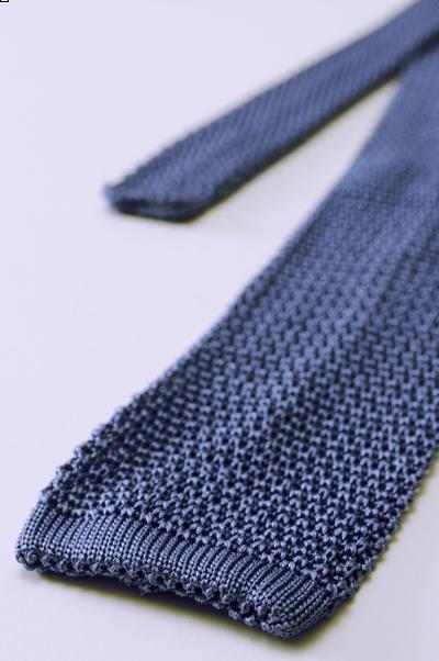 Une cravate tricot en soie bleue