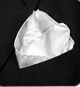 Une pochette de smoking en soie, pliée selon la forme d'une flamme.