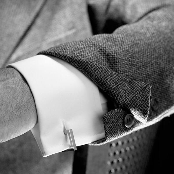 Un poignet mousquetaire de bonne taille sur une chemise dont les manches sont à la bonne longueur