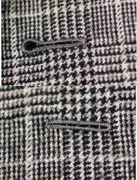 Des belles boutonnières milanaises sur un tissu prince de Galle. Celle du haut est faite pour accueillir un bouton (manche et devant), celle du bas est celle du revers.