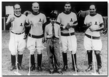 """L'équipe des """"Jodhpur Eagles"""" avec leur pantalon."""