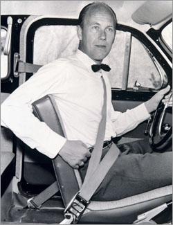 Nils Bohlin, inventeur de la ceinture de sécurité, ne s'y est pas trompé : il portait des noeud papillon et enlevait sa veste !