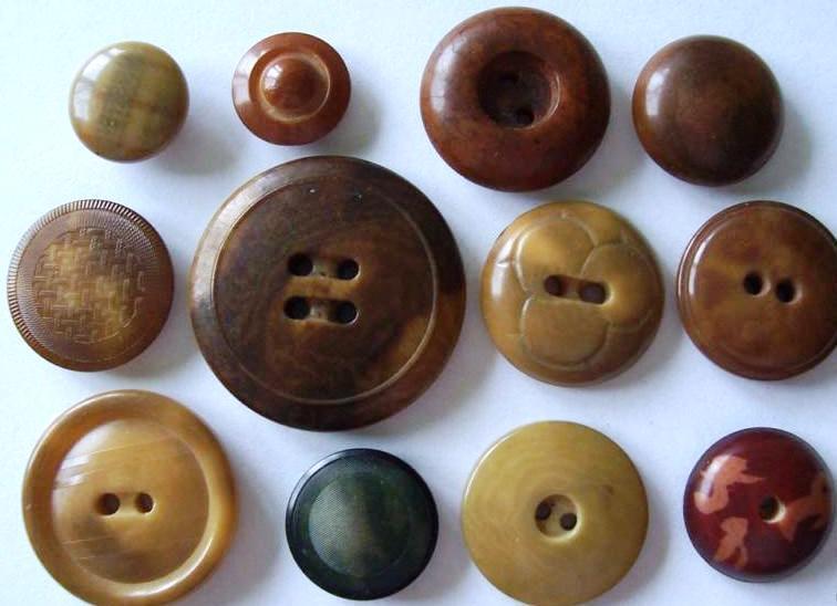 Des boutons en corozo dans différentes teintes.