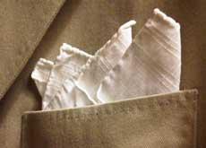 Une pochette en lin blanc, roulottée main.