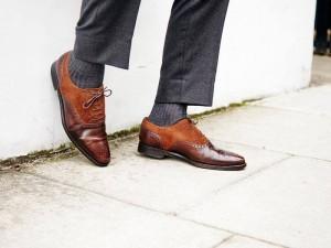 Chaussettes grises assorties avec un patalon gris et des chaussures marron