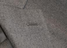 Revers de costume de gris en flanelle avec une milanaise