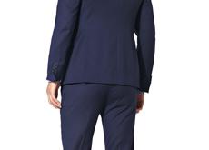Un autre exemple de la mode automne-hiver 2015, côté pile : les fesses moulées par un pantalon étriqué porté sous une jupette... Ce sont les femmes qui vont être contentes !