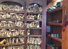 L'étagère mobile se déploie pour révéler ses rayons chargés de souliers prêts à repartir pour un tour de macadam.