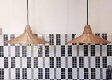 Une paire de suspensions dans la cuisine, issue de la première série de créations d'Atelier Vime.