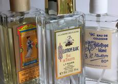 Des notes désuètes, rétro : Pompeïa, ou encore Héliotrope blanc, un parfum qui sent (bon) la Belle époque, signé respectivement LT Piver et DR Rass