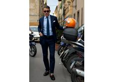 Une autre preuve, plus contemporaine, que le costume peut faire oublier l'effort vestimentaire : ici, les mi-bas sont restés dans les tiroirs, après tout il fait chaud. Mais la couleur parfaitement complémentaire du casque orange et des vêtements bleus est-elle due au hasard ?