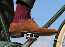Vous voulez un enfant sur le porte-bagages, maintenant ? Alors pas d'erreur : les souliers en veau velours constituent le premier accessoire du kit de survie du jeune père de famille.