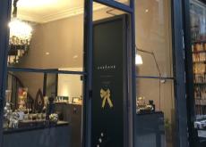 La porte ouverte et la vitrine avenante du showroom, passage Verdeau