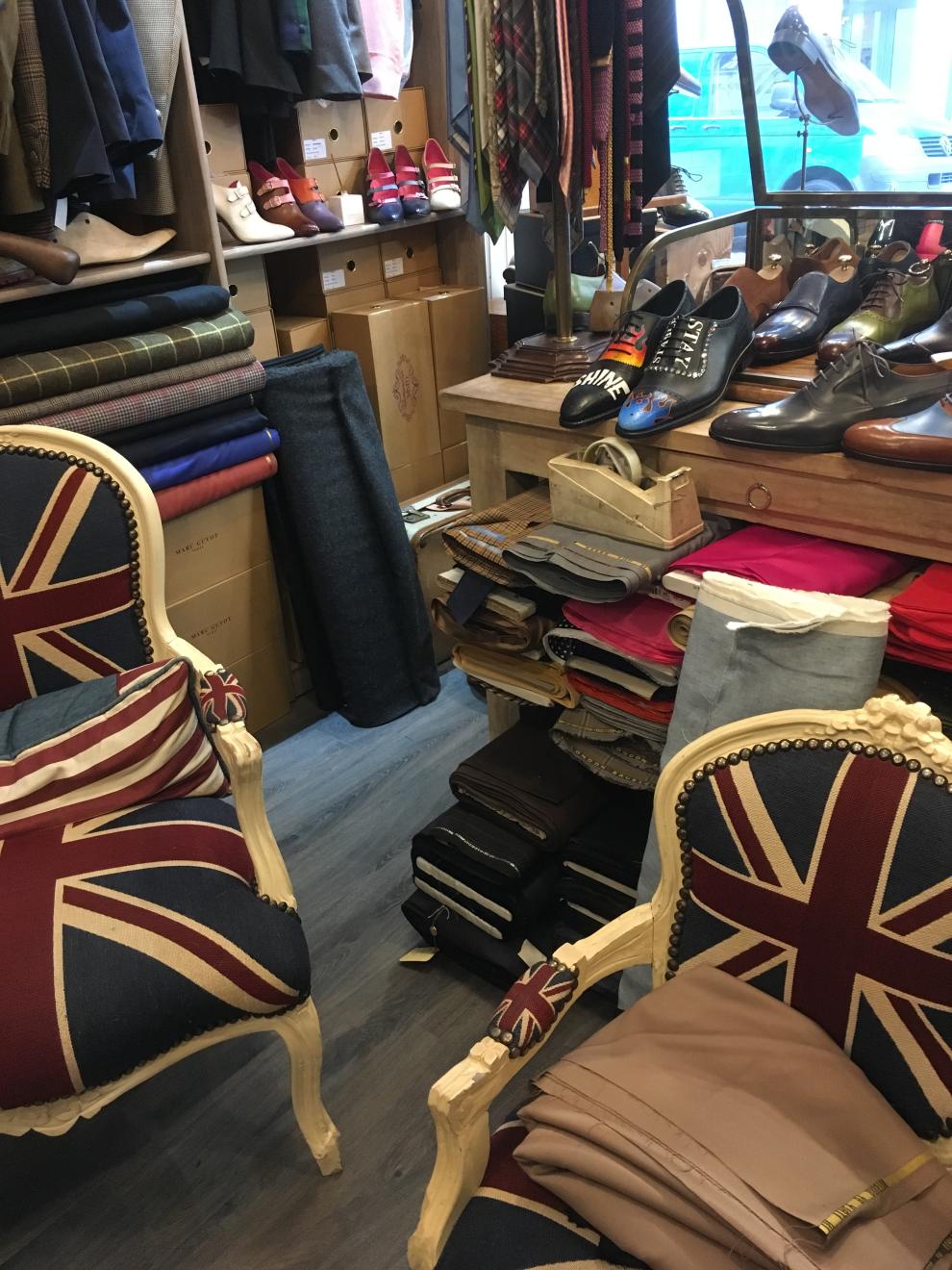 Le mobilier de la boutique invite à s'assoir autour d'un brandy pour discuter les mérites comparés des fabricants de lin irlandais, de tweed écossais...