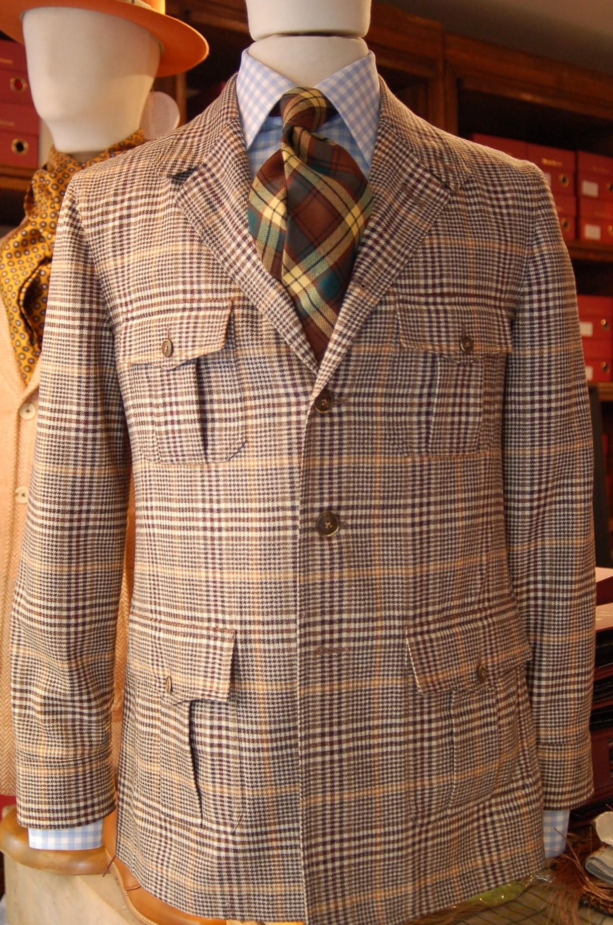 Une saharienne non doublée, 4 poches à rabat et soufflet central, représentative du style maison.