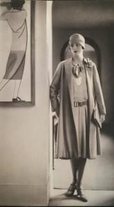 """Deux détails significatifs dans cette photo prise dans les années 1920 à l'entrée du """"Coin des sports"""": Lilian Farley est un mannequin américain, et la toile accrochée au mur est signée Bernard Boutet de Monvel..."""