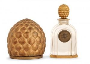 Ah, les ananas de Louis Süe... A moins qu'il ne s'agisse de pommes de pins stylisées. Peu importe, c'est joli. Ici, une boîte à poudre et un flacon de parfum.