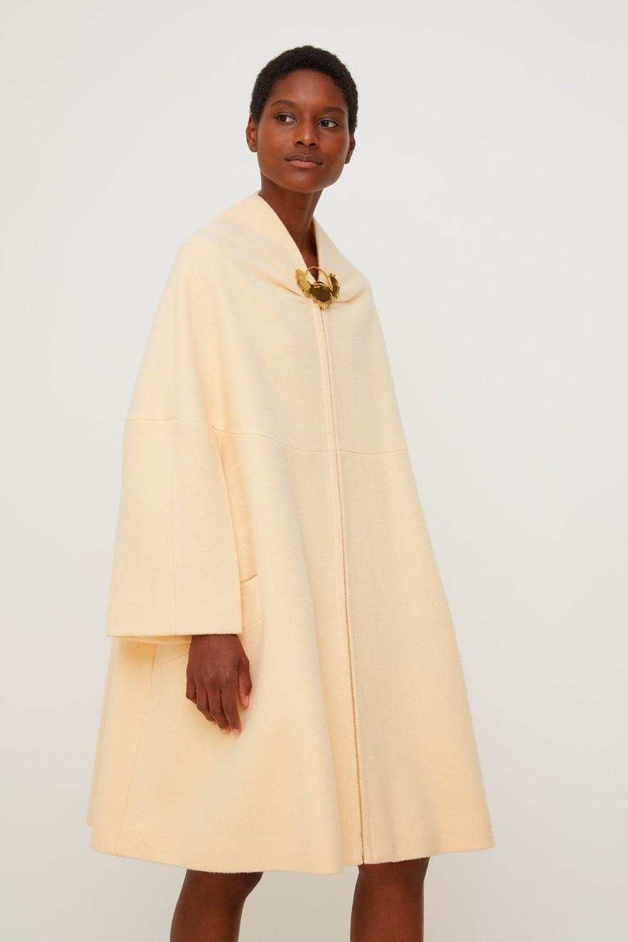 Moi qui ai la nostalgie des manteaux de femmes des années 1960, je suis heureux de voir ce genre de pièce.  Manteau oversize en drap de laine, couleur fleur de pêche