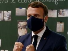 Emmanuel Macron, la République en masque… En visite dans une école primaire, le Président de la République porte un masque made in France.