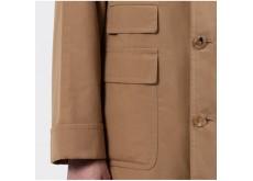 """Le pardessus """"CORB II"""", sous la marque Cohérence, est un joli pardessus en gabardine de coton qui juxtapose de façon réussie la poche ticket et la poche plaquée à rabat."""