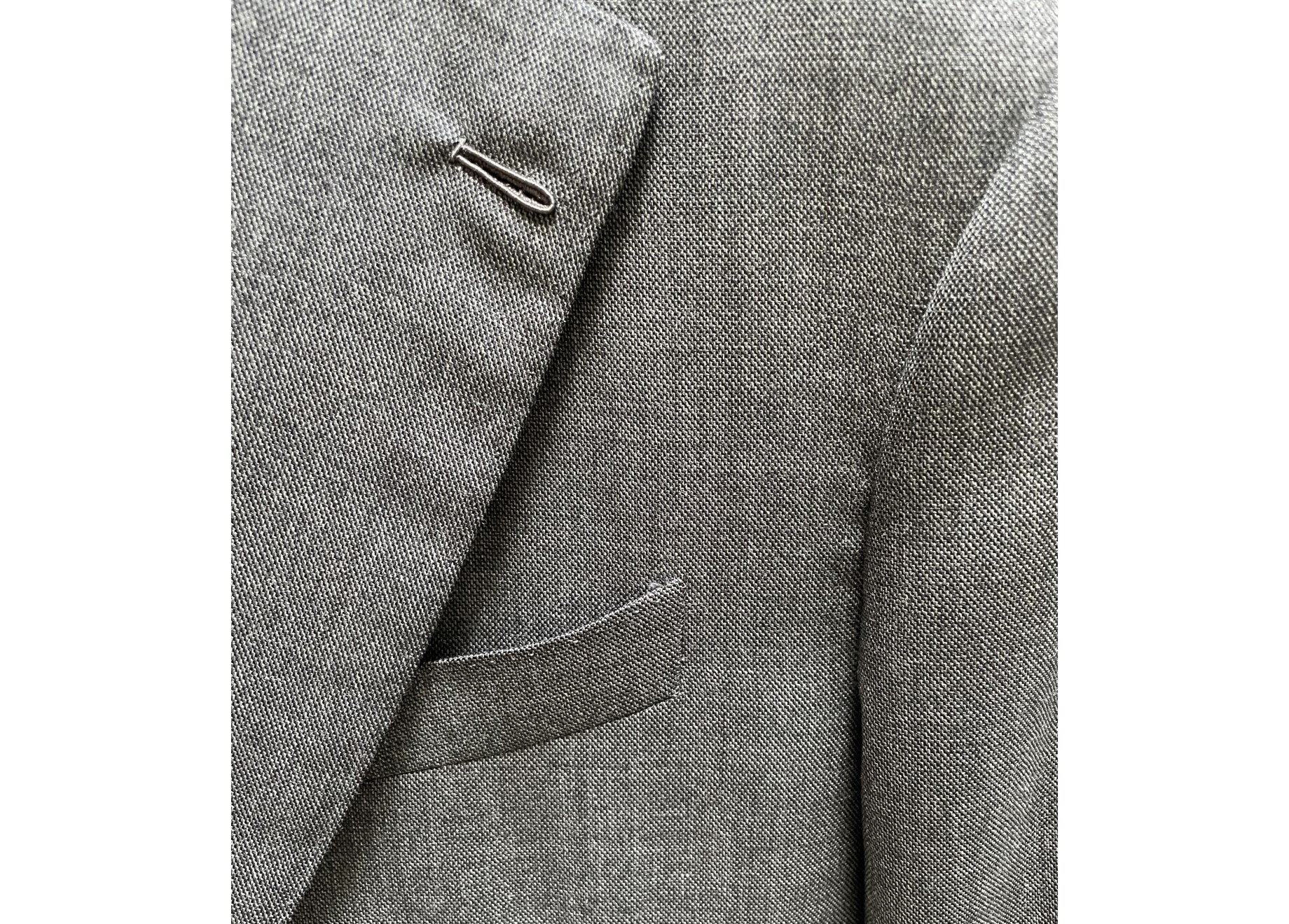 … Encore du gris, signé Holland & Sherry cette fois-ci. A noter que ce veston, contrairement au précédent, est surpiqué à la main, avec une technique de « point perdu ».
