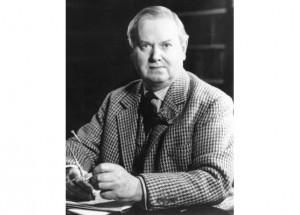 Evelyn Waugh, l'air farouche et illuminé, comme toujours sur les portraits dans lesquels il prenait la pose, comme presque toujours en costume de tweed…